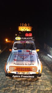 Le véhicule de Cathel BOYER et Aurélien FAVIER prend la pose pour TF2i à Monbazillac en attendant le départ du 4L Trophy 2017